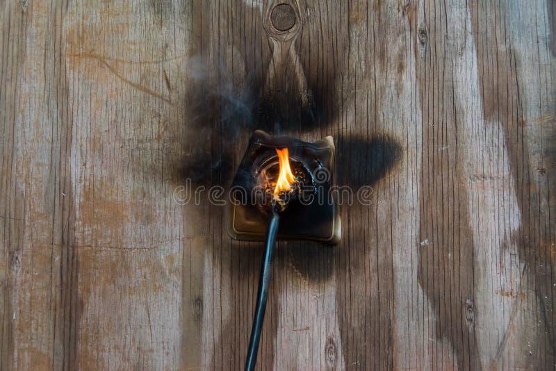 Огонь, провод в огне и дым стоковое фото rf