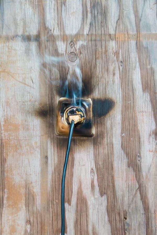 Огонь, провод в огне и дым стоковая фотография