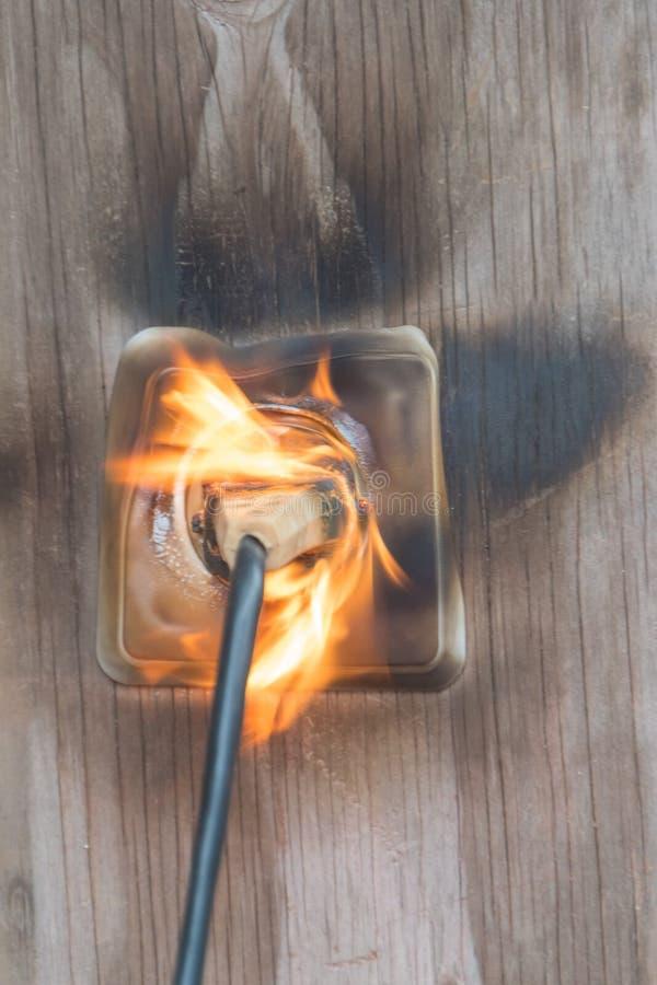 Огонь, провод в огне и дым стоковая фотография rf