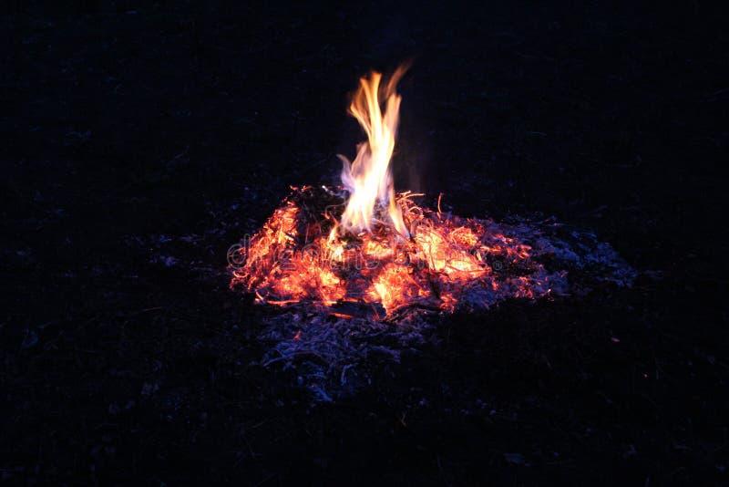 Огонь тепло, оно комфорт, оно пламена возбуждая душу стоковое фото rf