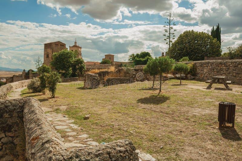 Огороженный двор с травой и небольшие деревья на вершине холма замка в Trujillo стоковое изображение rf
