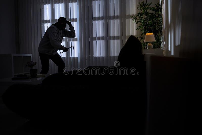 Ограбление при лом ломая в дом стоковая фотография rf