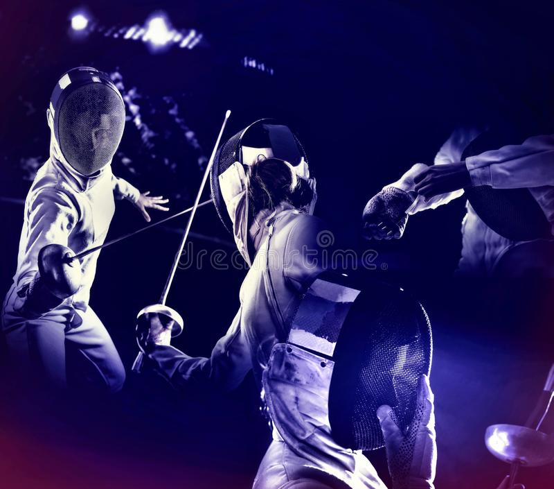 Ограждать спорт для фехтовальщика epee женщин Ультрафиолетов предпосылка стоковые фото