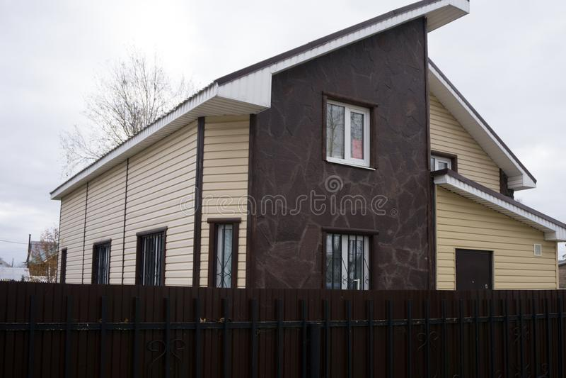Ограничивайте воззвание совершенно нового в коричневых и бежевых тонах с 2 гаражами и конкретной подъездной дорогой северо-западн стоковые фото