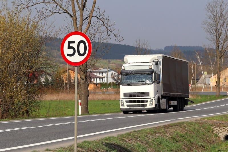 Ограничивать скорость движения до 50 km/h Дорожный знак на шоссе безопасность движения Транспорт мотора пассажиров и carg стоковые фотографии rf
