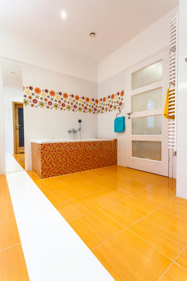 Огромная ванная комната на современном доме стоковая фотография rf