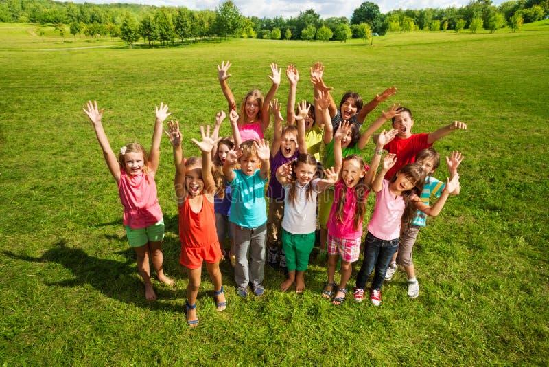 Огромная группа в составе дети в парке стоковая фотография rf