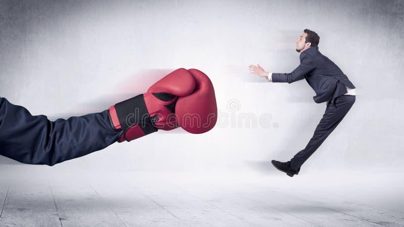 Огромная концепция бизнесмена пуншей кладя в коробку перчаток стоковая фотография rf