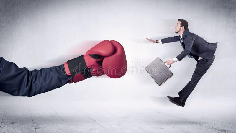 Огромная концепция бизнесмена пуншей кладя в коробку перчаток стоковое фото rf