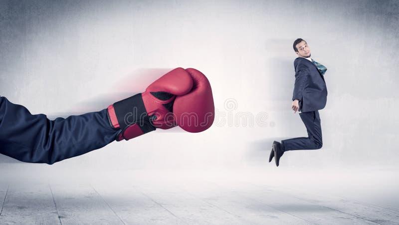 Огромная концепция бизнесмена пуншей кладя в коробку перчаток стоковая фотография
