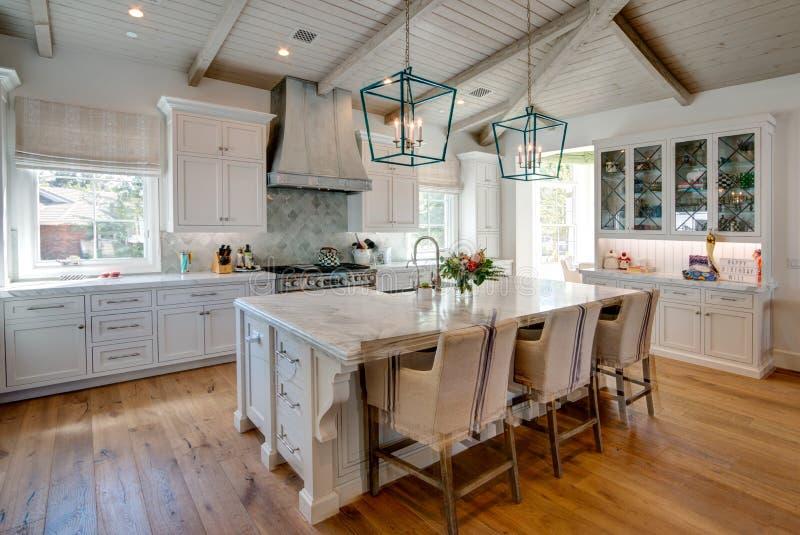 Огромная новая кухня с обедать остров стоковое изображение