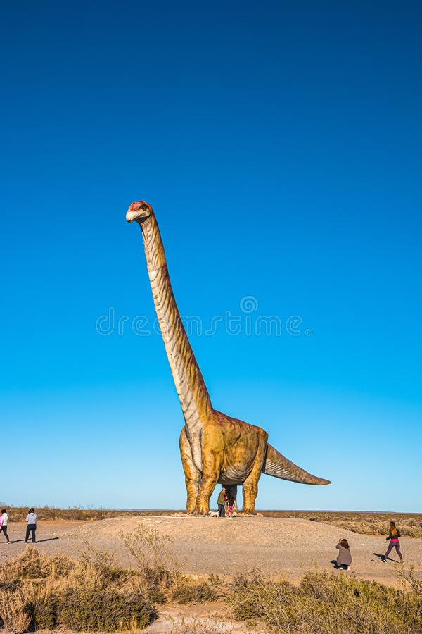 Огромная полноразмерная модель динозавра mayorum Patagotitan расположенная около полуострова Valdes, Chubut, Патагонии, Аргентины стоковая фотография rf