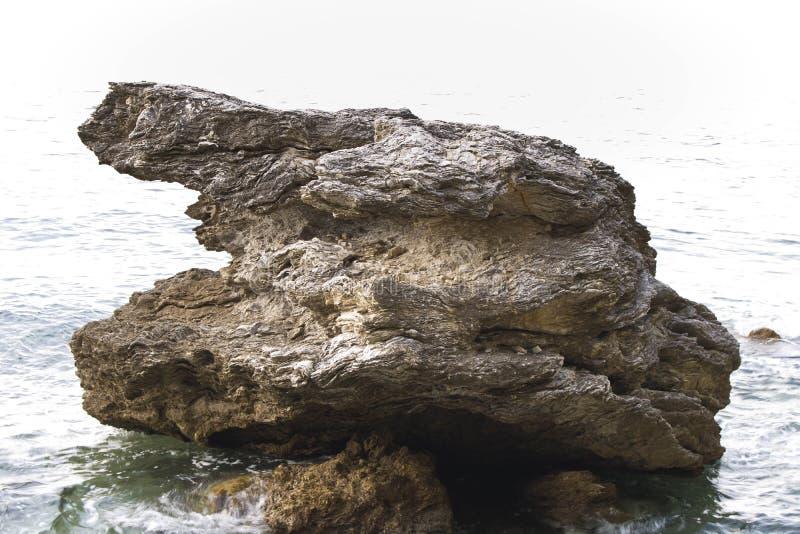 Огромная скала в морской воде Камень на берегу моря стоковая фотография rf