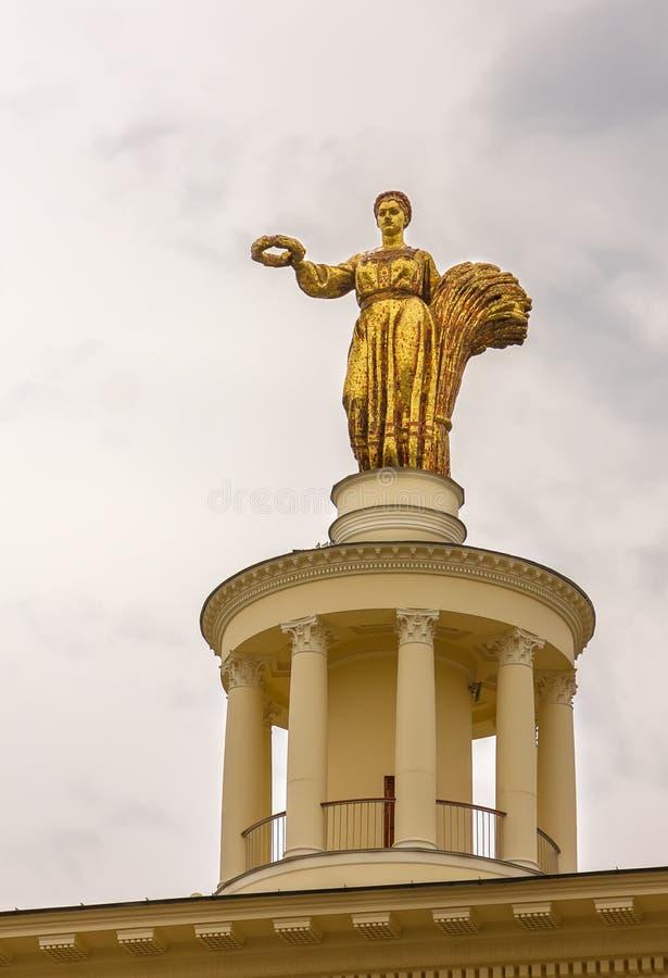 Огромная скульптура родины на крыше павильона Республики Беларусь на VDNH, Москвы стоковая фотография