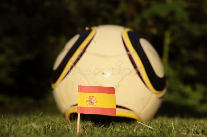 Огромная страна Испании по футболу Флаг национального испанского флага с футбольным мячем Чемпионат мира по футболу 2022 Евро-202 стоковое фото