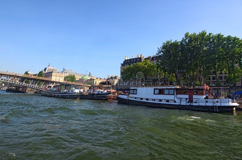 Огромное число туристов и плавая ресторана на старой барже, бистро набережных на солнечном дне Взгляд от туристской шлюпки Франци стоковое изображение