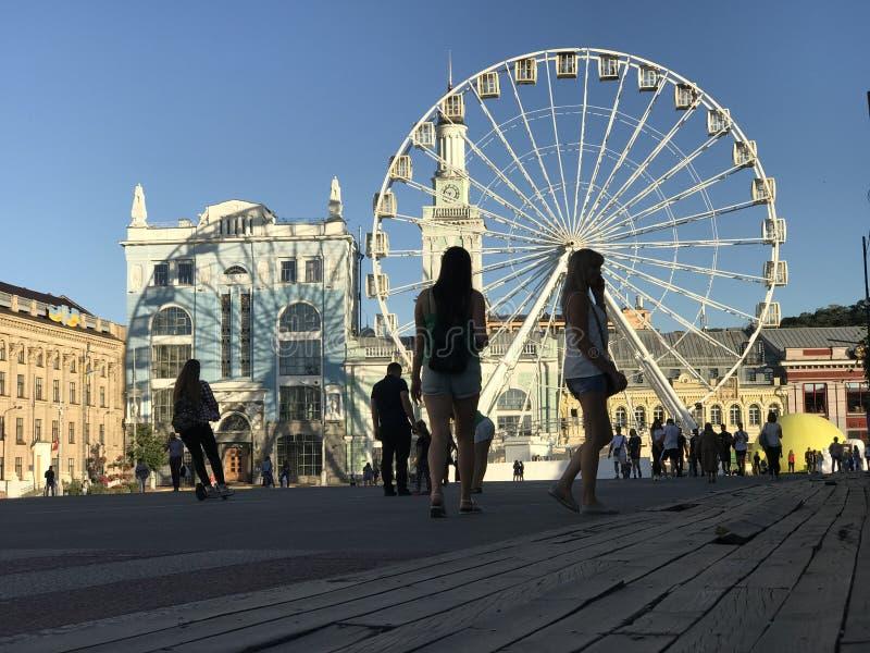 Огромное Ferris катит внутри зону Podil Kyiv или Киева - УКРАИНЫ - солнечных стоковое фото rf