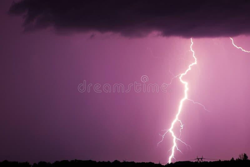 Огромные молнии вилки и гром во время тяжелого лета бушуют стоковое изображение rf