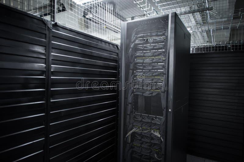 Огромные обслуживания облака комнаты сервера центра данных стоковое фото rf