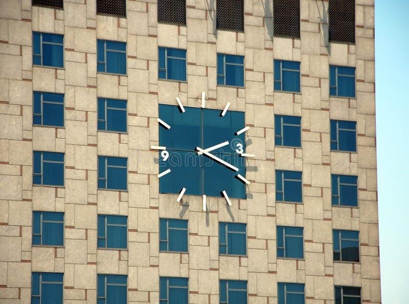 Огромные часы на здании стоковые изображения rf
