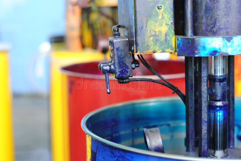 Огромные чонсервные банкы краски в 4 цветах на оформлении стоковые фото