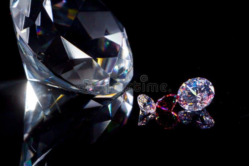 Огромный диамант и несколько шикарных кристаллов на глубоких черных п стоковые изображения rf