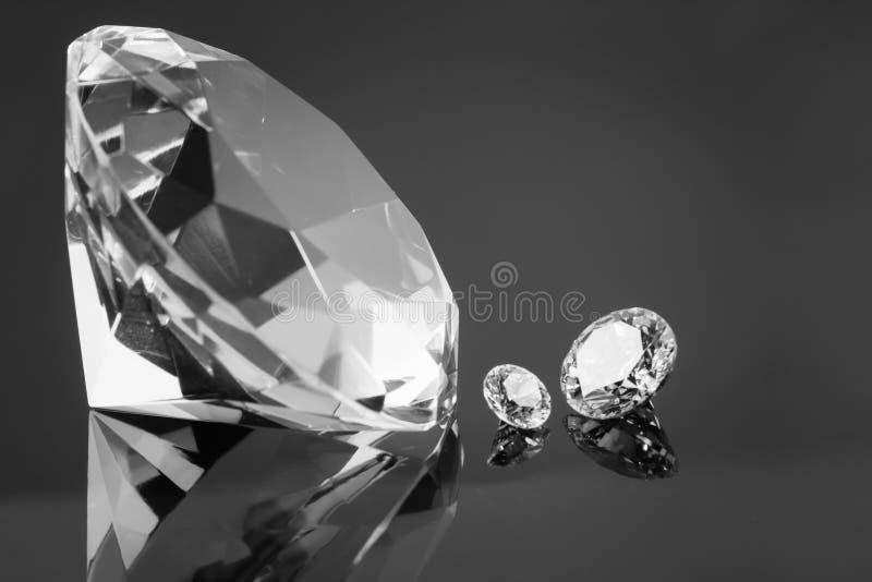 Огромный диамант и несколько шикарных кристаллов на поверхности зеркала, shimmer и фото BW искры стоковые фотографии rf