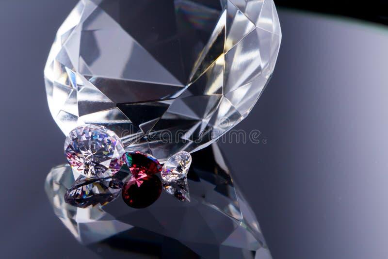 Огромный диамант и несколько шикарных кристаллов на поверхности, shimmer  стоковое фото rf