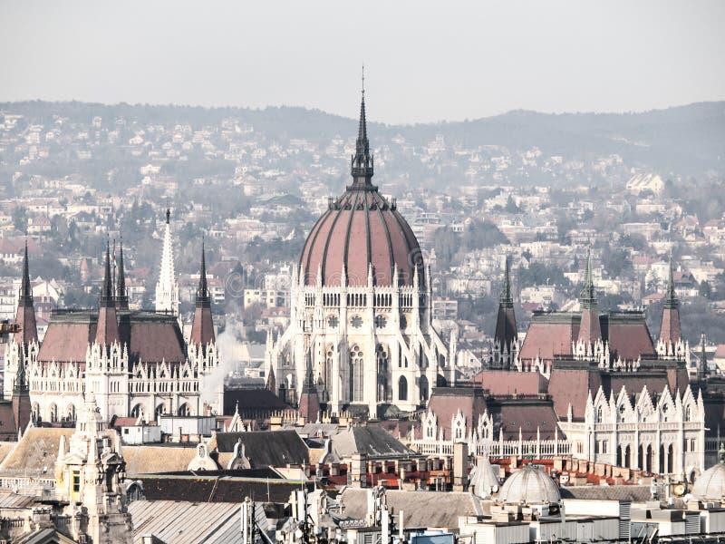 Огромный купол венгерского здания парламента - Orszaghaz Необыкновенный взгляд от базилики ` s St Stephen Budapes, Венгрия стоковые фото