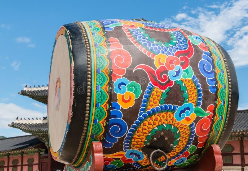Download Огромный покрашенный барабанчик на дворце Gyeongbokgung, Сеуле, Южной Корее Стоковое Фото - изображение насчитывающей корея, южно: 81803490