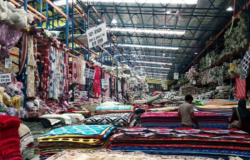 Огромный склад вполне декоративного ковра стоковые фото