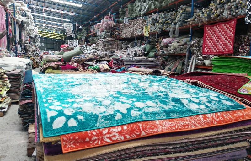 Огромный склад вполне декоративного ковра стоковые фотографии rf