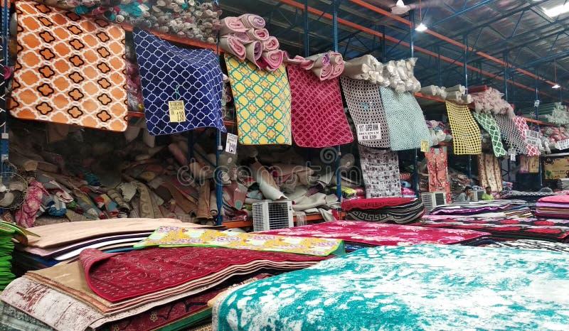 Огромный склад вполне декоративного ковра стоковые изображения rf