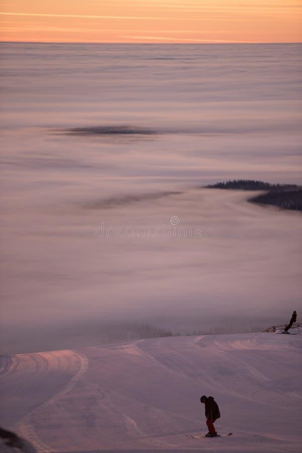 Огромный туман Изумительный заход солнца, идет снег совсем вокруг, красота лыжного курорта стоковые фотографии rf