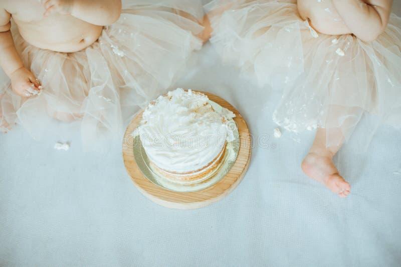 Огромный успех торта Маленькая девочка 2 есть торт стоковые фотографии rf