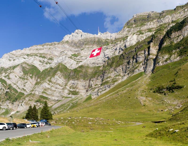 Огромный швейцарский национальный флаг висит на горе Saentis стоковое фото rf