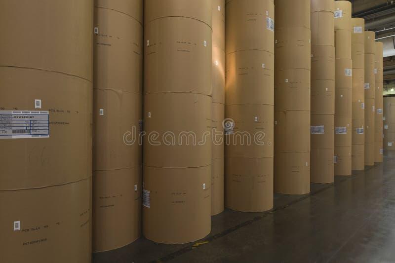 Огромный Rolls бумаги в фабрике газеты стоковая фотография rf