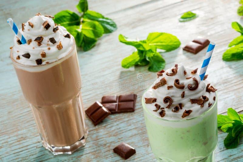 2 огромных части milkshakes стоковые фото