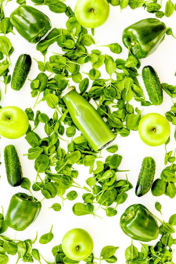Огурец, перец, яблоко, celeriac Овощи для greeny органическое smoothy для диеты спорта на каменном взгляд сверху предпосылки стоковая фотография