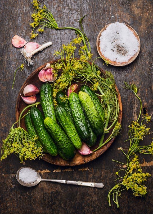 Огурцы, травы и специи для мариновать на деревенской деревянной предпосылке стоковое фото rf