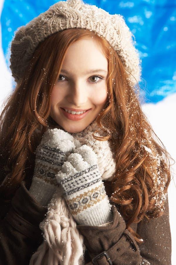 одевает зиму девушки подростковую теплую нося стоковая фотография