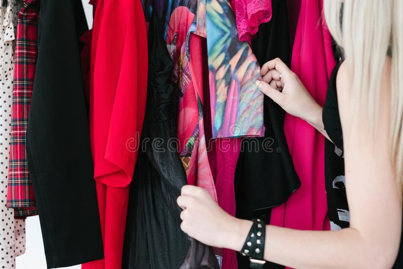 Одевать ассортимент вскользь одеяния шкафа ультрамодный стоковые фото
