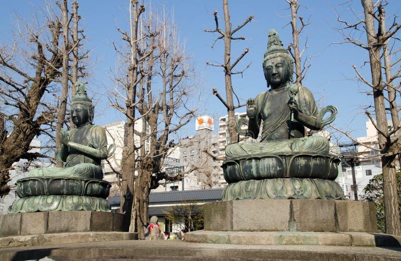 Одевать статуи Будды в виске Senso-ji, Asakusa, Токио, Япония стоковая фотография rf
