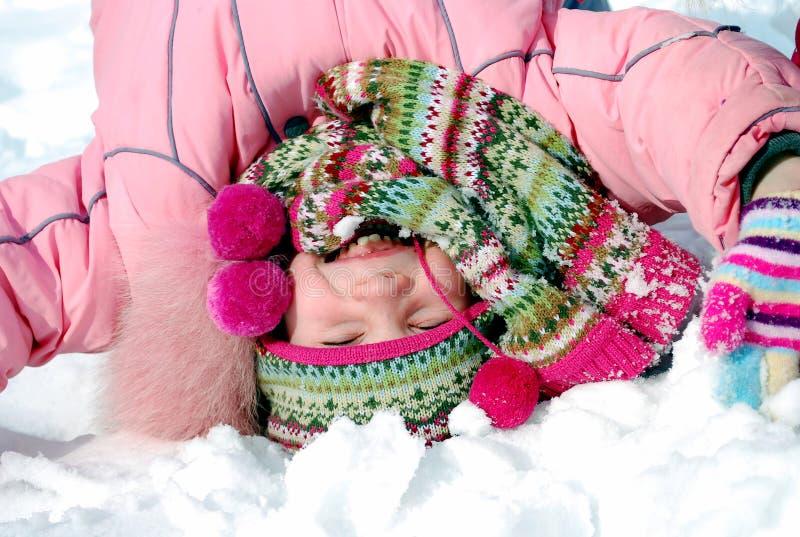 одежда вниз с зимы внешней стороны девушки счастливой маленькой стоковые фотографии rf