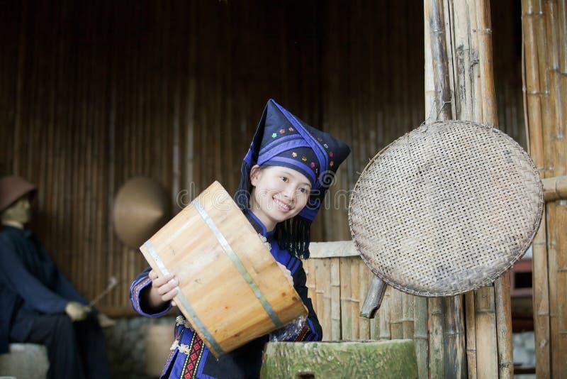 одежда делает девушку фермы к нося zhuang работы стоковое фото rf