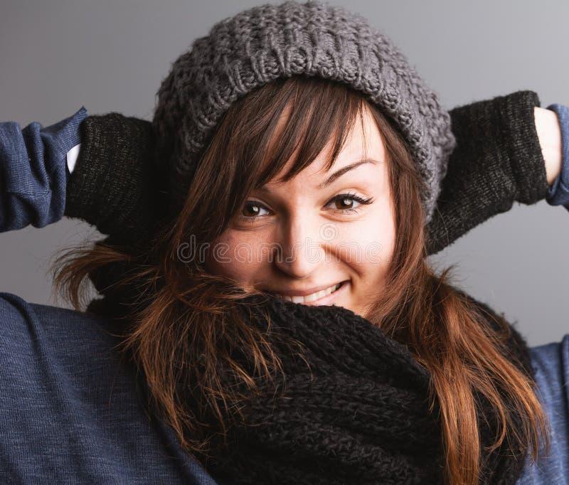 Одежда зимы молодой жизнерадостной женщины нося стоковое фото