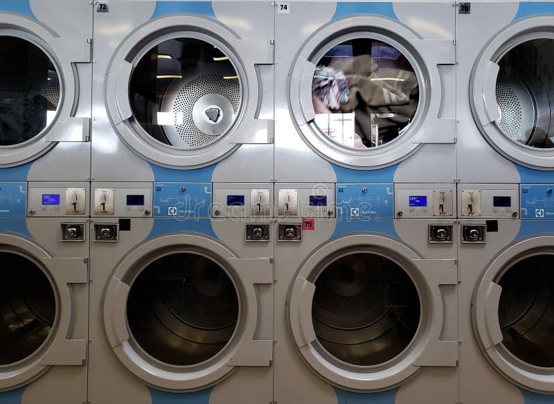 Одежда помыла публично прачечную стоковая фотография rf