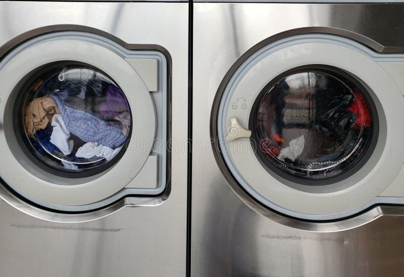 Одежда помыла публично прачечную стоковое фото rf