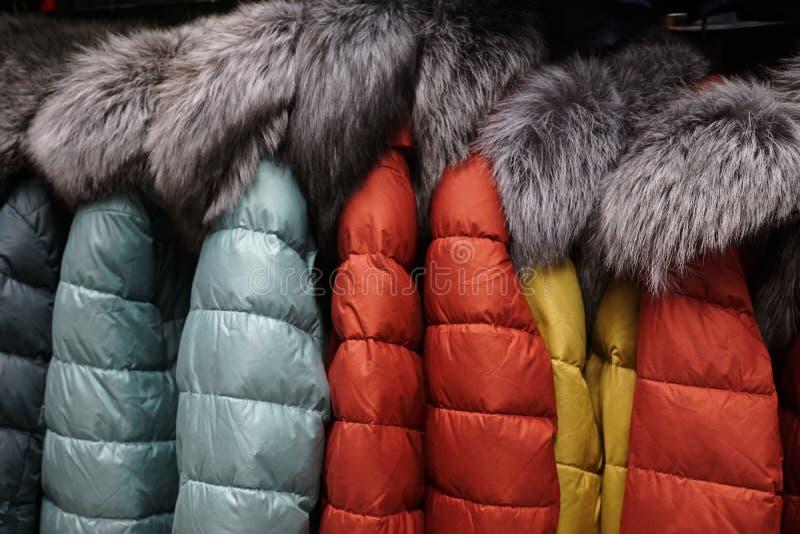 Одежда outerwear куртки клобука магазина бутика меховой шыбы воротника стоковое фото