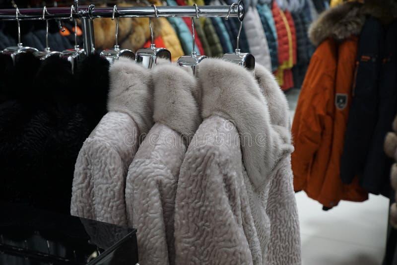 Одежда outerwear куртки клобука магазина бутика меховой шыбы воротника стоковые фотографии rf